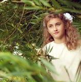 Mooie tiener 10 jaar oud met de lange tribunes van het blondehaar Royalty-vrije Stock Afbeeldingen