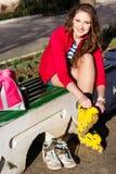 Mooie tiener met gele rolschaatsen royalty-vrije stock fotografie