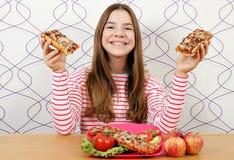 Mooie tiener met sandwiches royalty-vrije stock fotografie