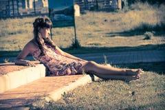 Mooie tiener in roze kleding met lang haar in een groen de zomerpark Stock Foto