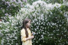Mooie tienermeisje en zeepbels Stock Afbeeldingen