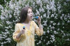 Mooie tienermeisje en zeepbels Royalty-vrije Stock Afbeeldingen