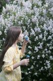 Mooie tienermeisje en zeepbels Royalty-vrije Stock Afbeelding
