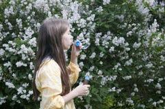 Mooie tienermeisje en zeepbels Stock Foto's