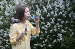 Mooie tienermeisje en zeepbels Stock Foto