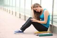 Mooie tienermeisje gedeprimeerde zitting op de vloer openlucht Royalty-vrije Stock Foto