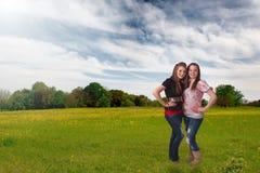 Mooie tienermeisjes in weide royalty-vrije stock afbeelding