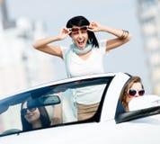 Mooie tienertribunes in de auto stock afbeeldingen