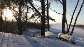 Mooie timelaps met zonsondergang bij de wintermeer stock footage