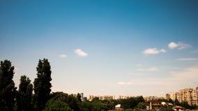 Mooie timelapse van snel bewegende wolken over de stad stock videobeelden