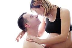 Mooie toekomstige ouders: zijn zwangere Aziatische vrouw en een gelukkige echtgenoot met het nieuwe leven Royalty-vrije Stock Fotografie