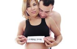 Mooie toekomstige ouders: zijn zwangere Aziatische vrouw en een gelukkige echtgenoot stemmen in baby spoedig met komst Royalty-vrije Stock Afbeeldingen