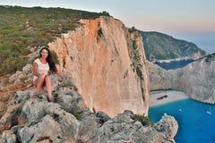 Mooie toerist bij Navagio-strand, het Eiland van Zakynthos, Griekenland royalty-vrije stock fotografie