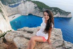 Mooie toerist bij Navagio-strand, het Eiland van Zakynthos, Griekenland stock afbeelding