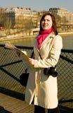 Mooie toerist wordt die die in Parijs wordt verloren Stock Foto
