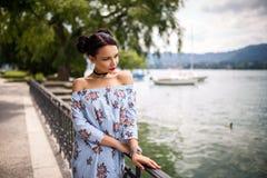 Mooie toeristenvrouw dichtbij meer in een grote stad Royalty-vrije Stock Foto