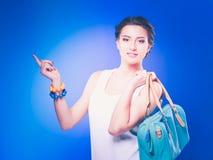 Mooie toevallige jonge vrouw status geïsoleerd tegen witte achtergrond Royalty-vrije Stock Foto