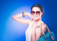 Mooie toevallige jonge vrouw status geïsoleerd tegen witte achtergrond Stock Fotografie