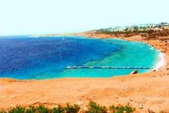 Mooie toevlucht met veerboten en pijlers in het Rode Overzees van Egypte Stock Foto