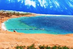 Mooie toevlucht met veerboten en pijlers in het Rode Overzees van Egypte stock foto's