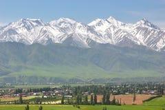 Mooie toneel in Bishkek met de Tian Shan-bergen van Kyrgyzstan royalty-vrije stock fotografie