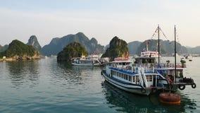 Mooie toneelmening van de cruises in Halong-Baai, Vietnam stock videobeelden