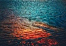 Mooie tonen van water en rots onder de oppervlakte van water stock fotografie
