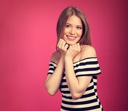 Mooie toothy glimlachende blonde vrouw in gestreepte kleding met handen stock foto