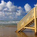 Mooie treden op het strand stock foto's