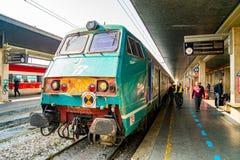 Mooie Trein die zich bij het station bevinden stock afbeelding