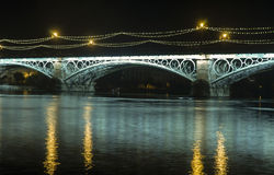 Mooie Triana-brug naast de rivier van Guadalquivir op zijn manier door de stad van Sevilla, Andalusia Royalty-vrije Stock Foto