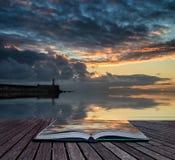 Mooie trillende de zonsopganghemel van het boekconcept over kalme wateroceaan Stock Afbeeldingen