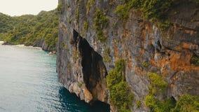 Mooie tropische lagune, luchtmening Hol in de rots stock videobeelden
