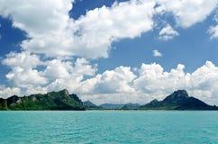 Mooie tropische overzees onder de blauwe hemel royalty-vrije stock foto's
