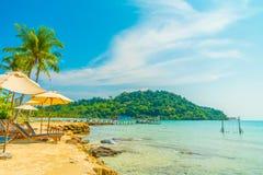 Mooie tropische strand en overzees met kokosnotenpalm in parad Stock Afbeelding