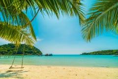 Mooie tropische strand en overzees met kokosnotenpalm in parad Royalty-vrije Stock Foto