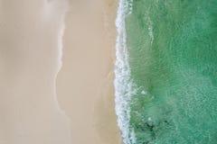 Mooie tropische witte lege strand en overzeese die golven van abo worden gezien royalty-vrije stock fotografie