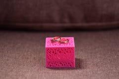 Mooie trouwringen in een doos voor decoratie Stock Afbeeldingen