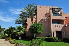 Mooie tuin bij hotel toevlucht en het inbouwen van traditionele Arabische stijl Toevluchtarchitectuur in Egypte Royalty-vrije Stock Foto