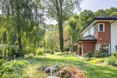 Mooie tuin met bomen en struiken royalty-vrije stock afbeelding