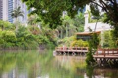 Mooie tuin met brug en bezinning in het meer royalty-vrije stock afbeeldingen