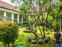 Mooie tuin met de oude die bouw en fontein in de foto van het Batikmuseum in Pekalongan Indonesië wordt genomen stock foto