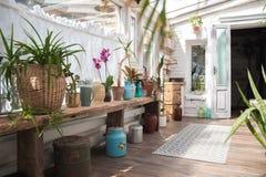 Mooie tuin met vele bloemen in potten Ruimte voor privacy en sporten, zelfontplooiing royalty-vrije stock fotografie