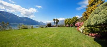 Mooie tuin van een villa royalty-vrije stock afbeelding