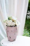 Mooie tuinvaas met witte rozen en andere bloemen op de lijst, buitenkant, het idee van het gazebodecor Stock Fotografie