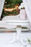 Mooie tuinvaas met witte rozen en andere bloemen op de lijst, buitenkant, het idee van het gazebodecor Royalty-vrije Stock Afbeelding
