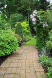 Mooie tuinweg stock afbeelding