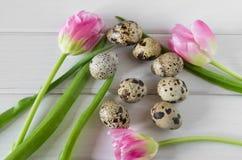 Mooie tulpen met kwartelseieren op lichte houten achtergrond De lente en Pasen-vakantieconcept Royalty-vrije Stock Fotografie