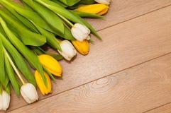 Mooie tulpen op houten achtergrond met ruimte voor tekst Stock Fotografie