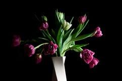 Mooie tulpenbloemen in rustige vaaskunst royalty-vrije stock fotografie